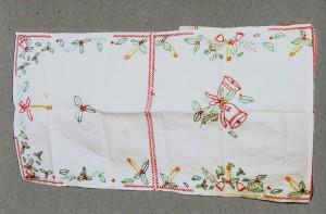 Kerstkleedje van p.109-113. Truus (Marja in het boek) maakte het als 10-jarige in december 1944 van drie zakdoeken van haar vader en wat borduurzijde.