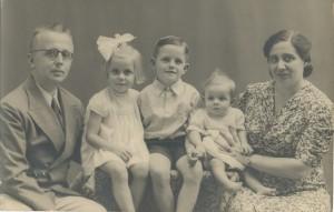 Gezinsfoto van sept. 1938 van p.91 en 182. Deze foto kreeg de broer van Truus (Peter in het boek) mee toen hij naar het mannen- en jongenskamp moest.